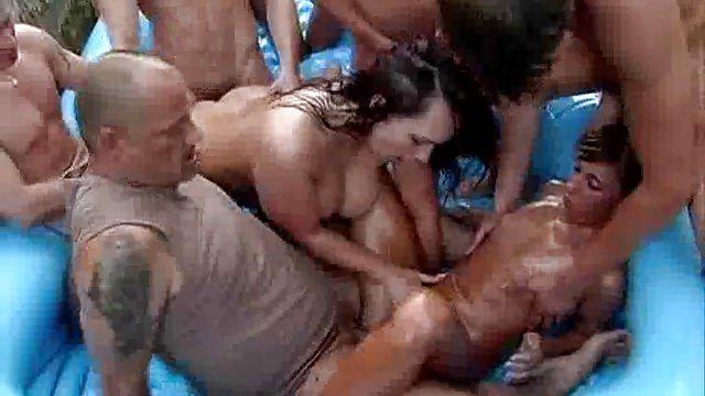 Трусиках сетки мужики в бассейне толпой трахают девушку полным ртом