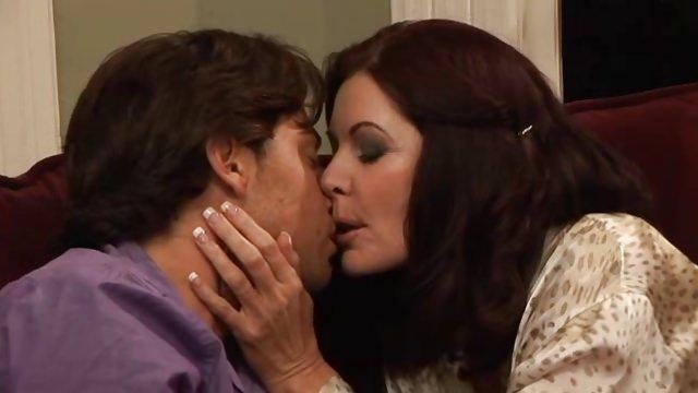 бальзаковские бабы целуются смотреть секс что