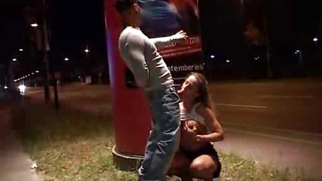 общем, снятый вечером секс на улице движет