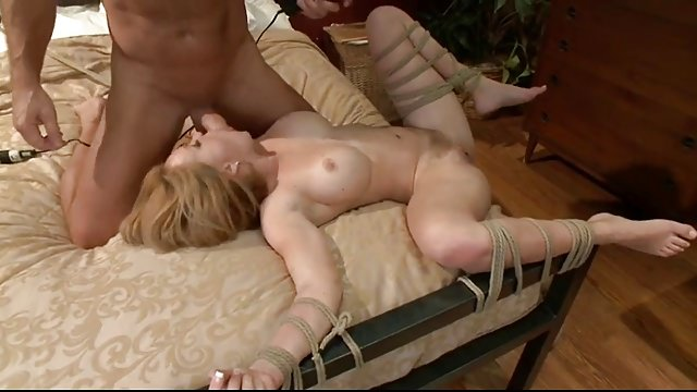 Негр завалил на кровать связанную женщину, секс сайттары видео