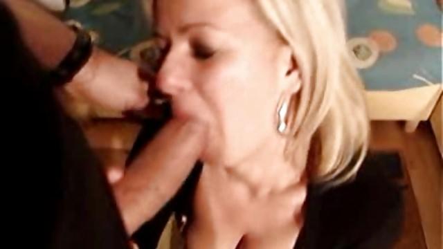 porno-seks-zrelaya-blondinka-v-dome-na-kolesah-soset-chastnie-foto-porno