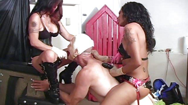 Порно две госпожи ебут парня в гин кресле